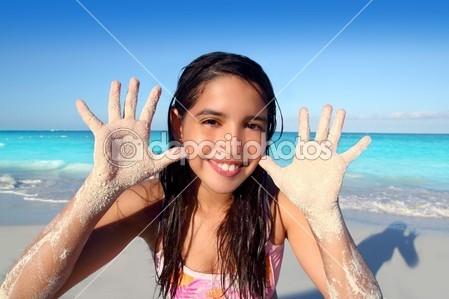 Прикрепленное изображение: depositphotos_5125455-Llatin-teen-girl-playing-beach-smiling-sandy-hands.jpg