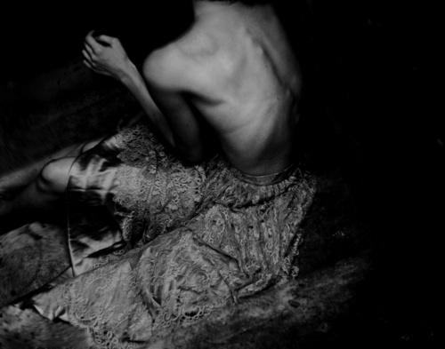 Прикрепленное изображение: black-and-white-bones-photography-skinny-thinspiration-Favim.com-243396.jpg